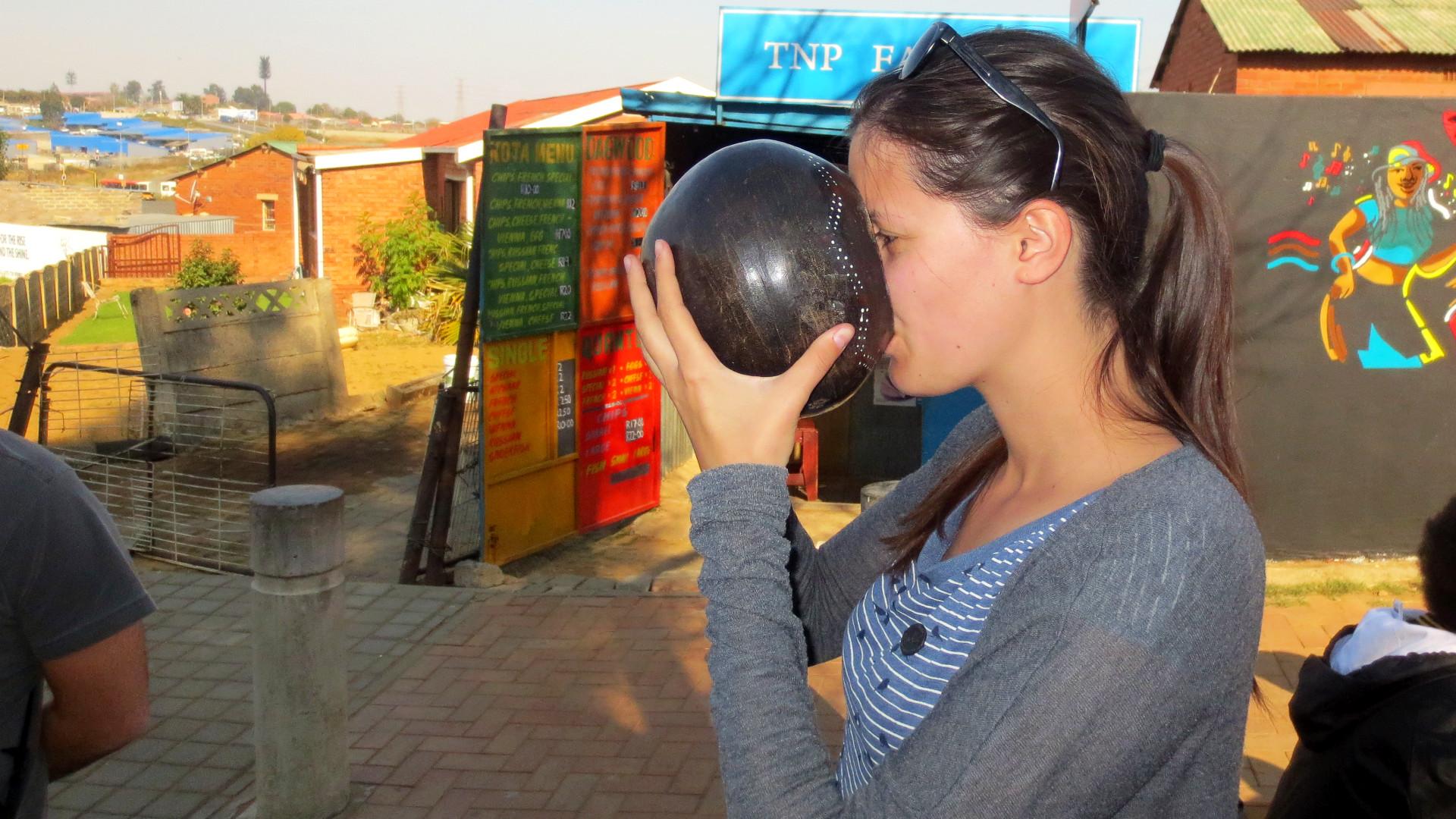Bier trinken in Soweto (Foto: Sabina Schneider)