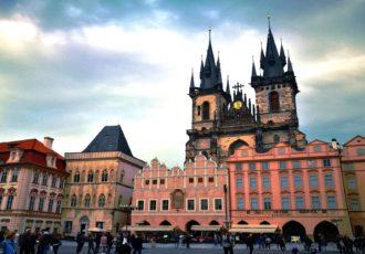 Die beiden Türme mit den schwarzen Dächern wirken bedrohlich und beeindruckend zugleich - die Teynkirche dominiert Prags Altstadt. (Foto: Marina Hochholzner)